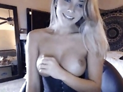 Super sexy blonde with a nice pair of tits skyping